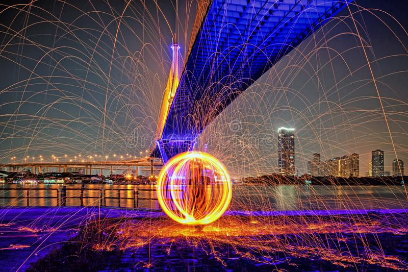 L'oro caldo fa volare l'uomo che filtra la lana d'acciaio bruciata un immagini stock libere da diritti