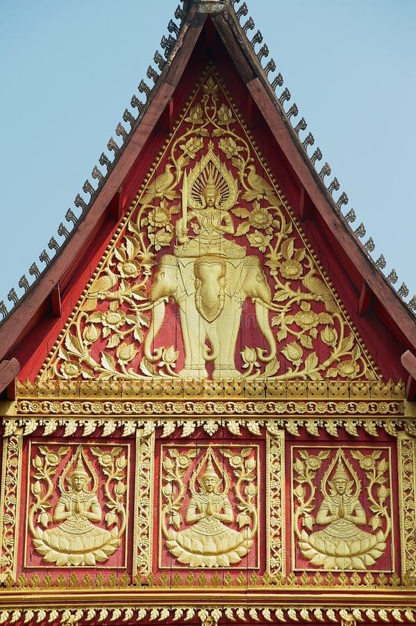 L'oro della parete esterna ha dipinto la decorazione dell'edificio di Phra Kaew del biancospino a Vientiane, Laos fotografie stock