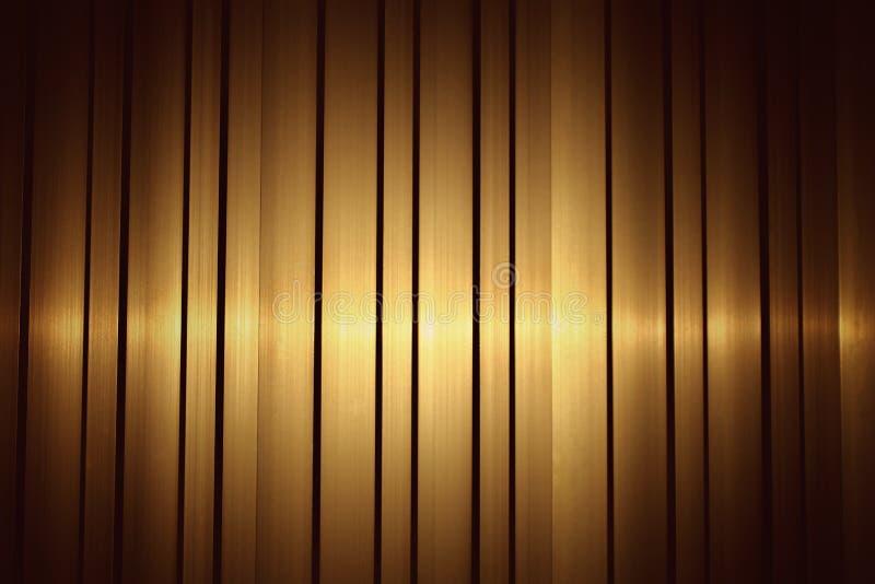 L'oro giallo di acciaio inossidabile di alluminio e ha uno strato impilato Con una luce dorata nel paesaggio per l'immagine di sf immagine stock libera da diritti