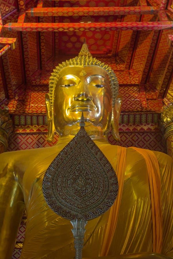 L'oro grande Buddha si è situato nel tempio buddista a Wat Phanan Ch immagini stock