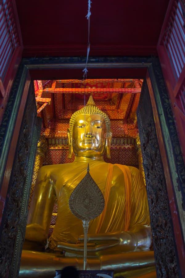 L'oro grande Buddha si è situato nel tempio buddista a Wat Phanan Ch fotografia stock