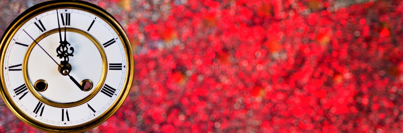 L'orologio del nuovo anno e bokeh del fondo di festa delle luci dell'arcobaleno di Natale Gli orologi d'annata e le luci intense  immagine stock