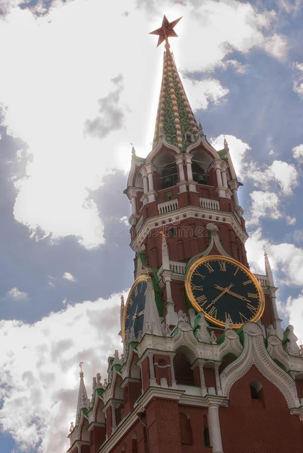 L'orologio di Cremlino chimes il primo piano contro un cielo nuvoloso blu mosca fotografie stock