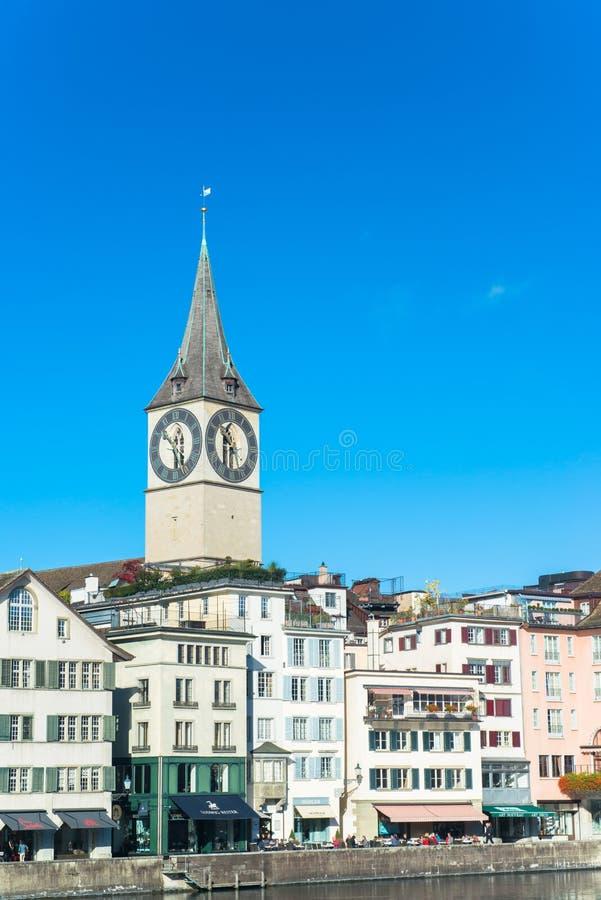 L'orologio torreggia le costruzioni a Zurigo immagini stock libere da diritti