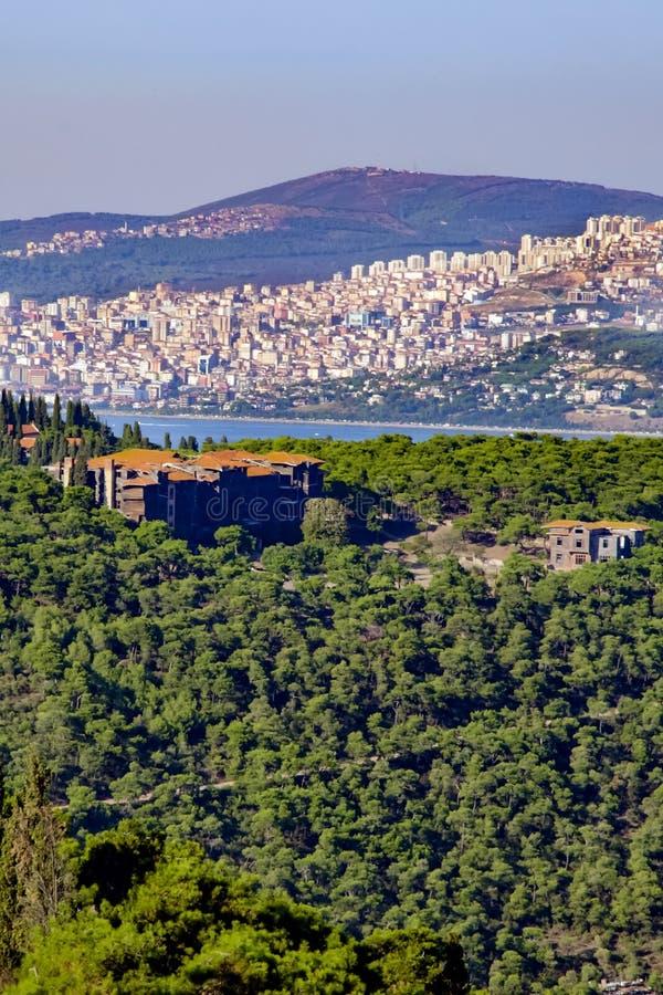 L'orphelinat de Buyukada dans le grec ancien de forêt, clergé instruisent photographie stock libre de droits