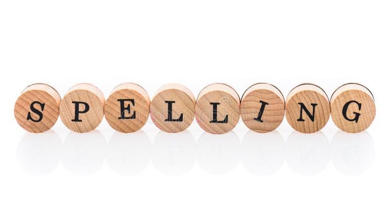 L'orthographe de Word des tuiles en bois circulaires avec des enfants de lettres jouent image libre de droits