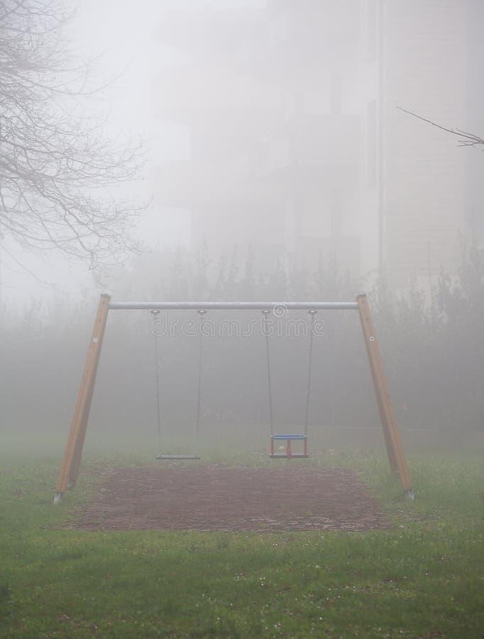 L'oscillazione dei bambini nella nebbia fotografia stock libera da diritti