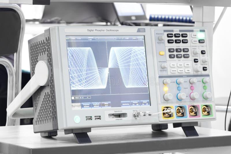 L'oscilloscopio digitale in laboratorio Foto del primo piano fotografia stock
