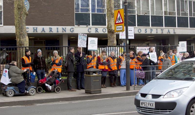 L'ospedale esterno dell'incrocio di Charing di colpo di Junior Doctors ', Londra, si unisce fotografie stock
