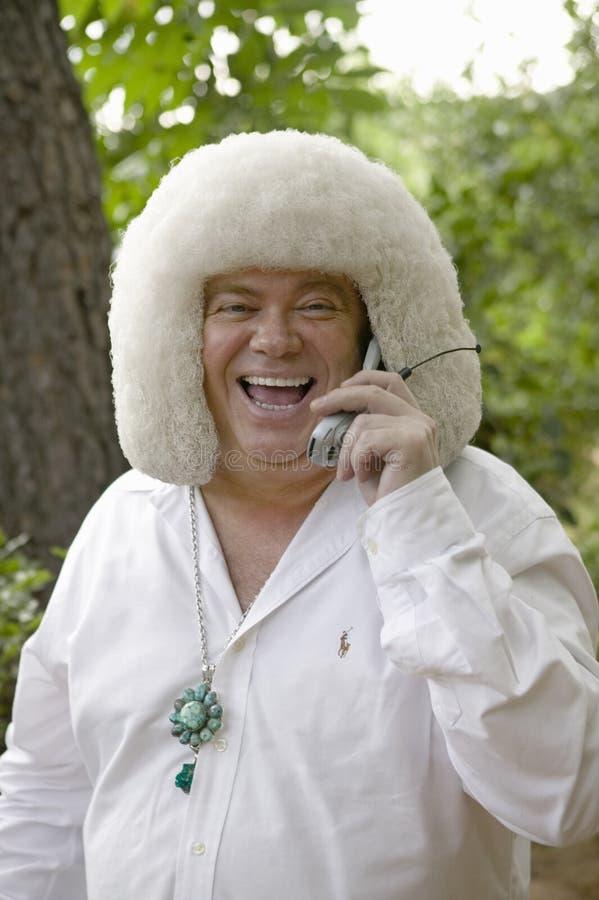 L'ospite eccentrico alle nozze ride sul suo telefono cellulare in Ojai, CA fotografia stock libera da diritti