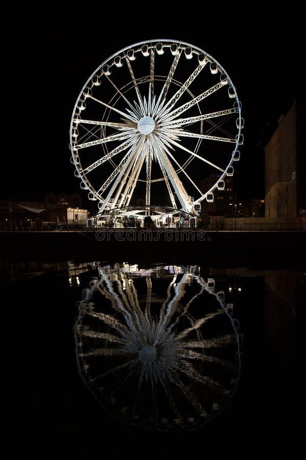 L'osservazione spinge dentro Danzica, Polonia alla notte Attrazione di piacere con illuminazione e riflessione in acqua scura fotografie stock