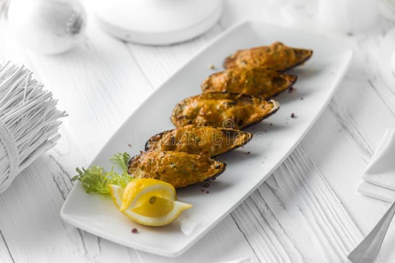 L'ostrica è servito con il limone e l'aneto su un piatto immagine stock