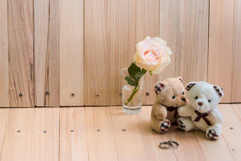 L'ours de couples d'étreinte dans l'amour proposent engagent l'anneau photo libre de droits