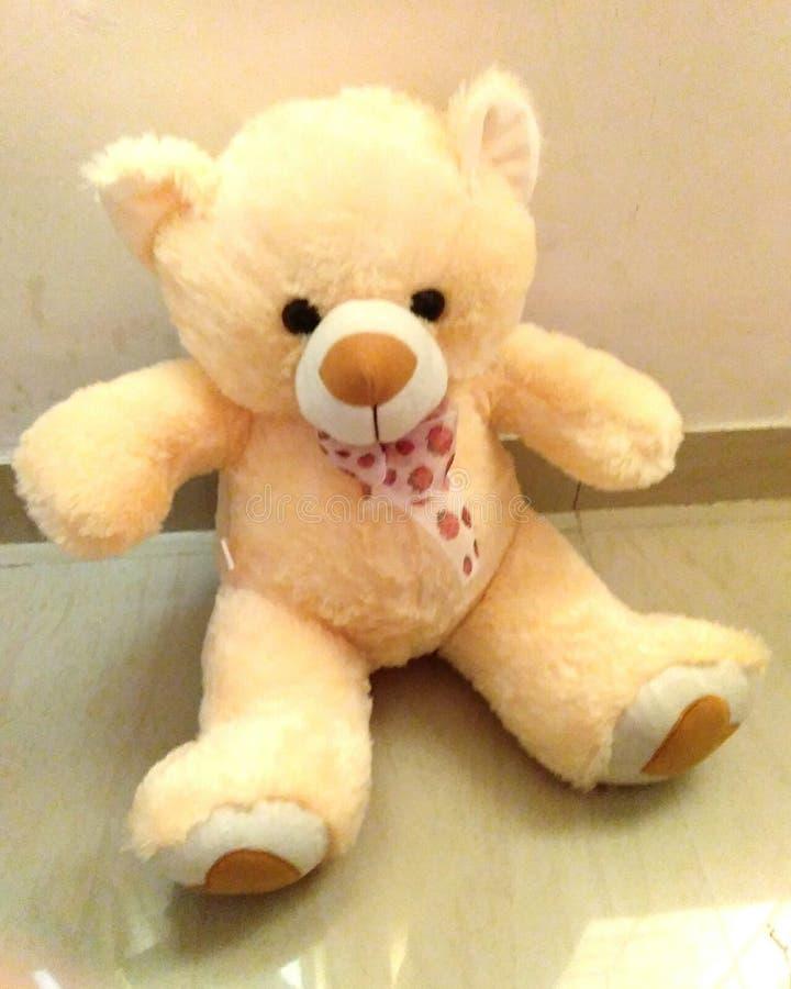 l'ours de nounours de jouet à l'intérieur ne jouent aucun jour de personnes et j'ai le jouet, la lumière et les couleurs images libres de droits