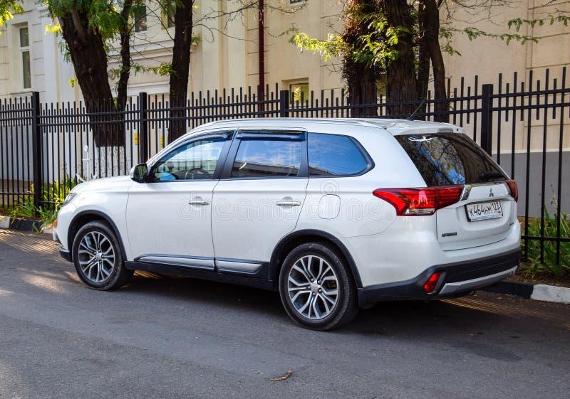 L'Outlander de Mitsubishi de voiture s'est garé au bord de la chaussée photos libres de droits