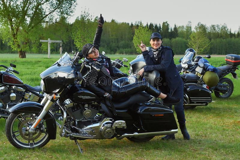 L'ouverture des cyclistes lithuaniens assaisonnent, réunion dans la ferme rurale de tourisme, portraits image stock