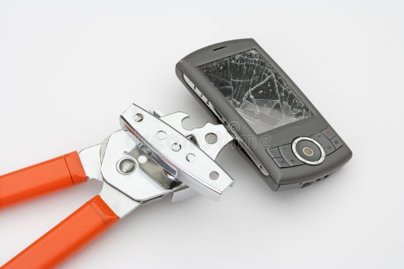 L'ouvreur de bidon casse un smartphone images stock