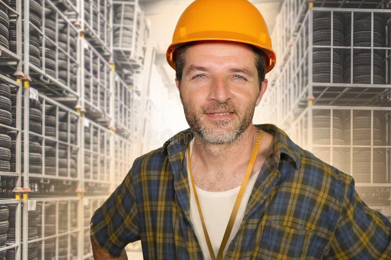 L'ouvrier attirant et heureux dans la pose sûre de sourire de casque de sécurité a détendu en tant que l'entrepreneur ou bricoleu photos libres de droits