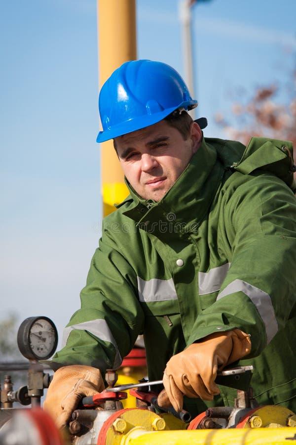 L'ouvrier de la raffinerie de gaz photos libres de droits