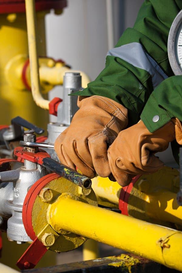 L'ouvrier de la raffinerie de gaz photos stock