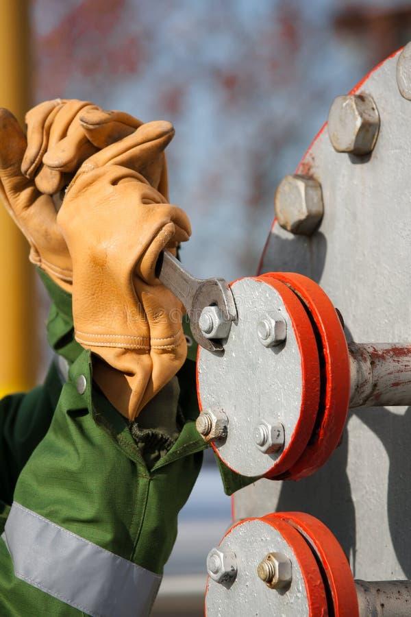 L'ouvrier de la raffinerie de gaz photo libre de droits
