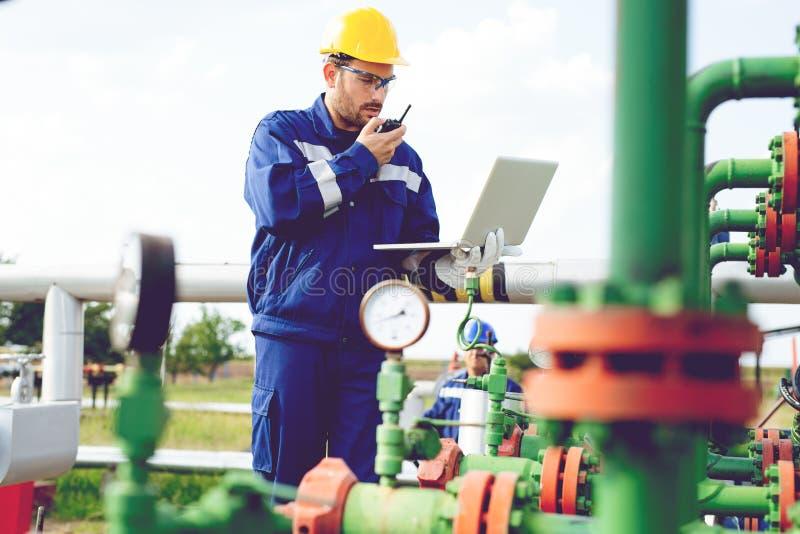 L'ouvrier de la raffinerie de gaz photographie stock libre de droits