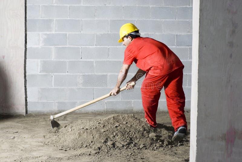 L'ouvrier mélange la saleté images libres de droits