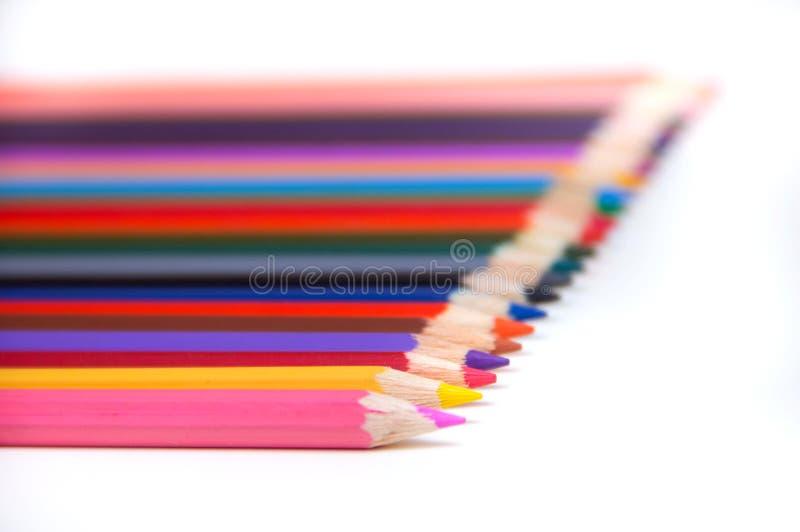 l?pices coloreados en el fondo blanco Sistema de los lápices del color, lápices de madera del color de la fila aislados en el fon foto de archivo