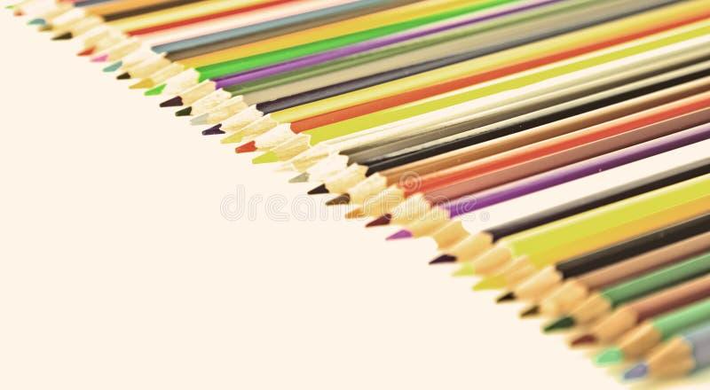 L?pices coloreados que mienten en fila fotografía de archivo libre de regalías