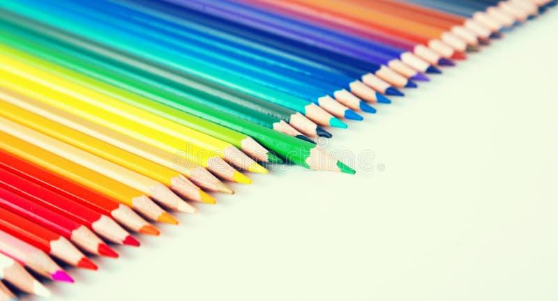 L?pices coloreados que mienten en fila imágenes de archivo libres de regalías