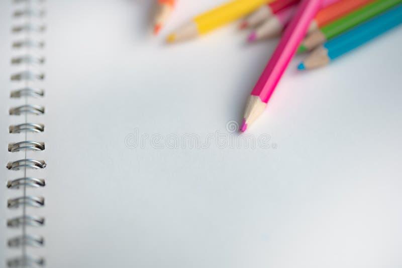 L?pis colorido no caderno foto de stock