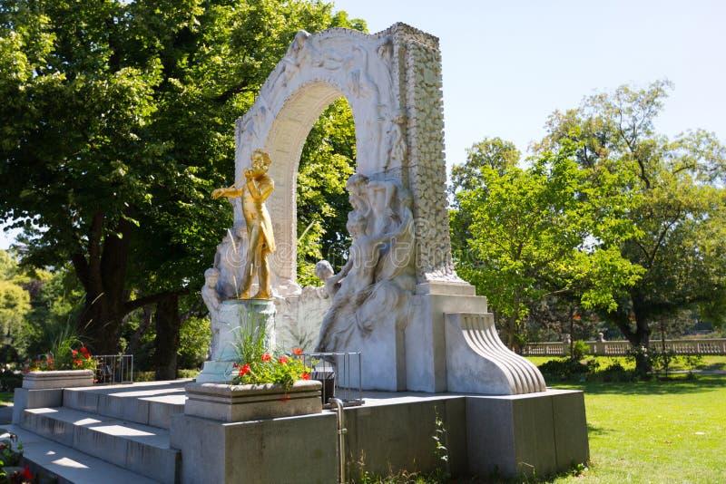 L'or a plaqué la statue en bronze de Johann Strauss jouant le violon chez Stadtpark, parc de ville à Vienne, Autriche photos stock