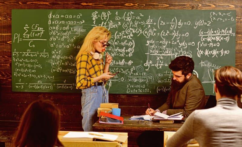 L?rare vet om saker som g?r studenter nyfikna Provet f?r sista examen i universitetsstudenter studerar f?r unders?kning in arkivbilder