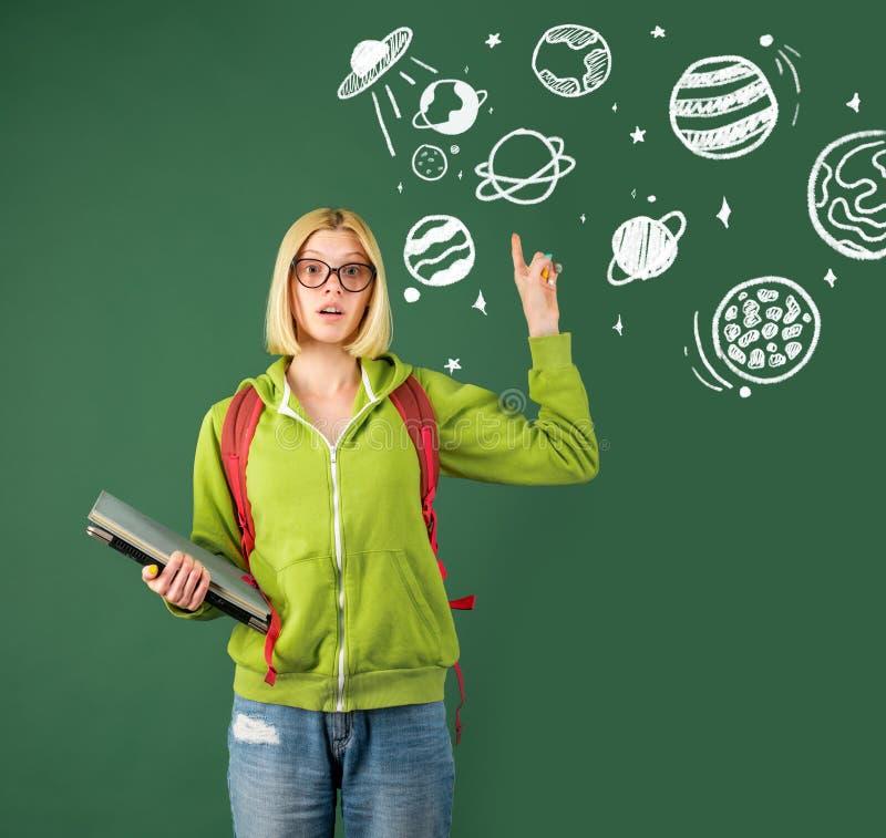 L?raredag Kvinnlig student som tänker om utbildning i universitet Stående av den unga Caucasian lärarinnan royaltyfri fotografi