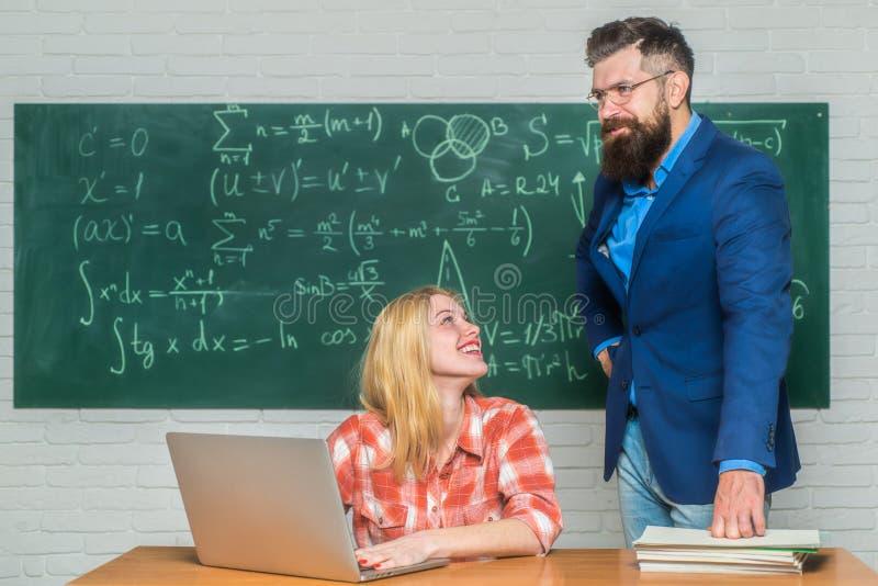 L?raren respekterar studenter tillbaka skola till Utbildning Studera p? universitetar Dra tillbaka till skolan och utbildningsbeg arkivfoto