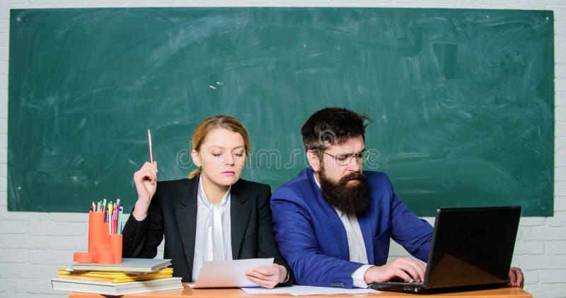 L?rarerektorn avg?r vem ska skriva in privatskolan Privat elitskola Intervjua enrolleen H?gskolaenrollee arkivbild