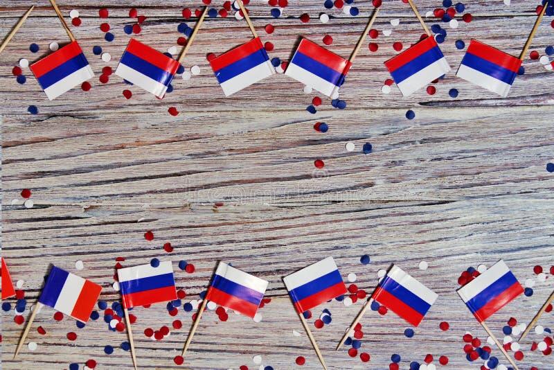 L självständighetsdagen av Ryssland Juni 12 begreppet av patriotism, frihet och självständighet mini- flaggor med rött vitt blått royaltyfri fotografi