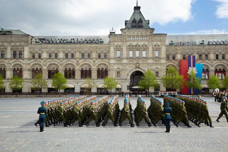 L'sottounità dei berreti blu marcia sul quadrato rosso fotografie stock libere da diritti