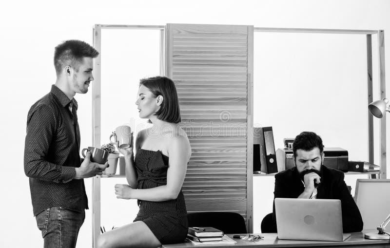 L?sst Bruch Zwei Mitarbeiter, die Pause haben Junge Manager, die w?hrend des Arbeitsbruches sprechen Teilhabergenie?en stockbilder