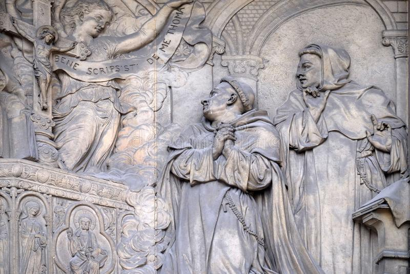 L?ttnad p? portalen av helgonet Thomas Aquinas Church i Paris royaltyfria foton
