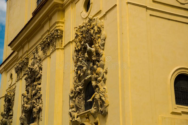 L?ttnadsskulptur p? fasaden av kyrkan av helgonet James The Greater med den Minorite kloster i gammal stad av Prague, Tjeckien arkivbilder