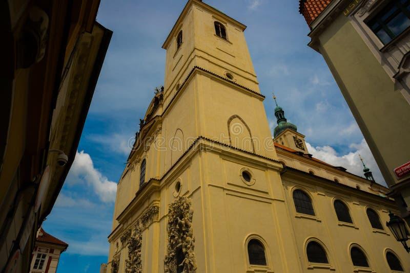 L?ttnadsskulptur p? fasaden av kyrkan av helgonet James The Greater med den Minorite kloster i gammal stad av Prague, Tjeckien royaltyfri fotografi