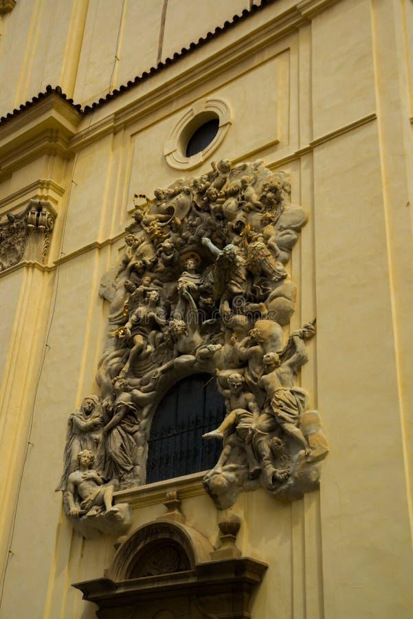 L?ttnadsskulptur p? fasaden av kyrkan av helgonet James The Greater med den Minorite kloster i gammal stad av Prague, Tjeckien royaltyfria foton