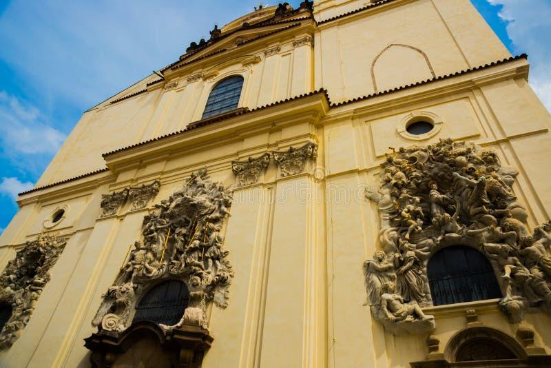 L?ttnadsskulptur p? fasaden av kyrkan av helgonet James The Greater med den Minorite kloster i gammal stad av Prague, Tjeckien fotografering för bildbyråer