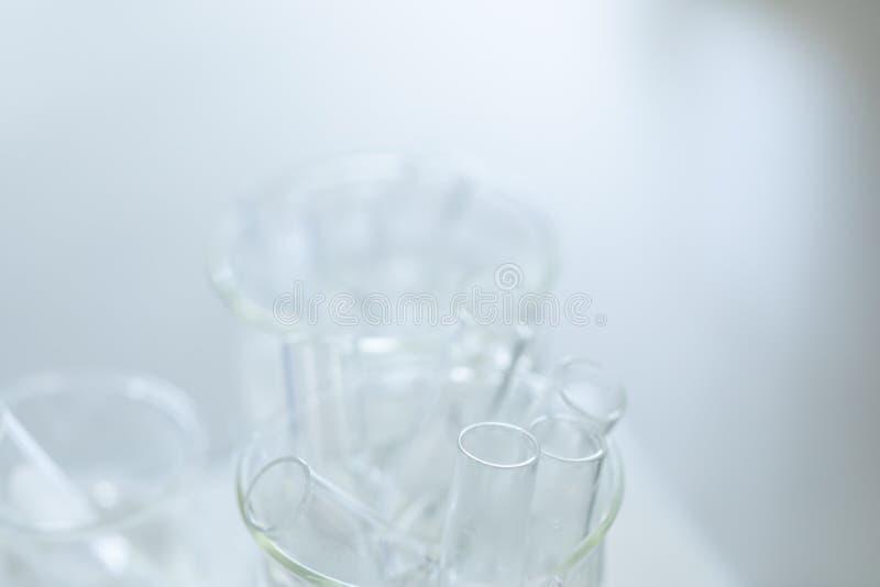 L'?tude s?parant par filtration les substances composantes du m?lange liquide images stock