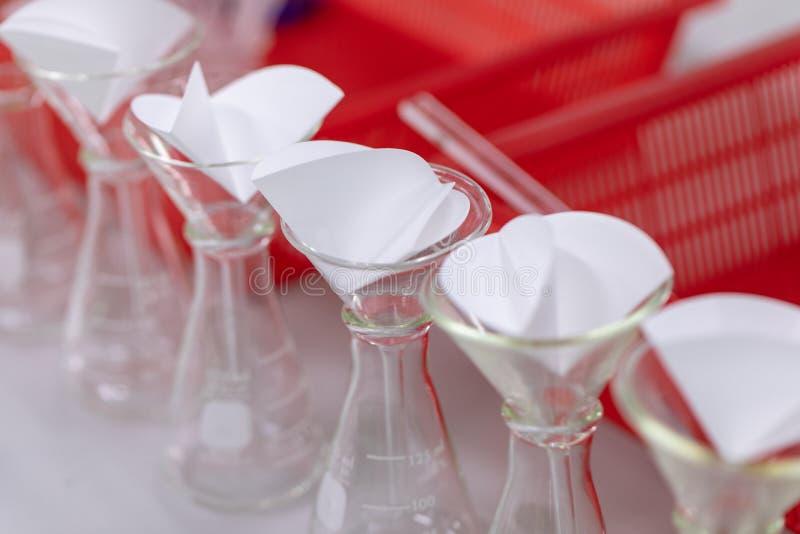 L'?tude s?parant par filtration les substances composantes du m?lange liquide photographie stock libre de droits