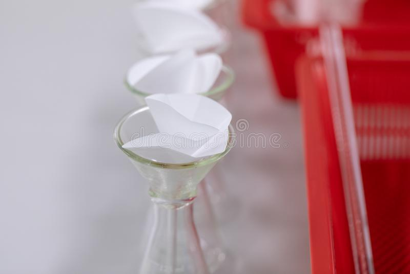 L'?tude s?parant par filtration les substances composantes du m?lange liquide photo libre de droits