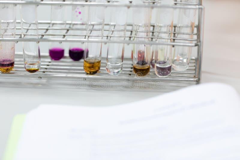 L'?tude s?parant par filtration les substances composantes du m?lange liquide photos libres de droits