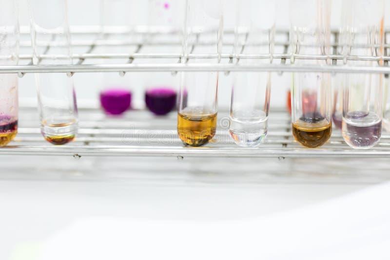 L'?tude s?parant par filtration les substances composantes du m?lange liquide image libre de droits