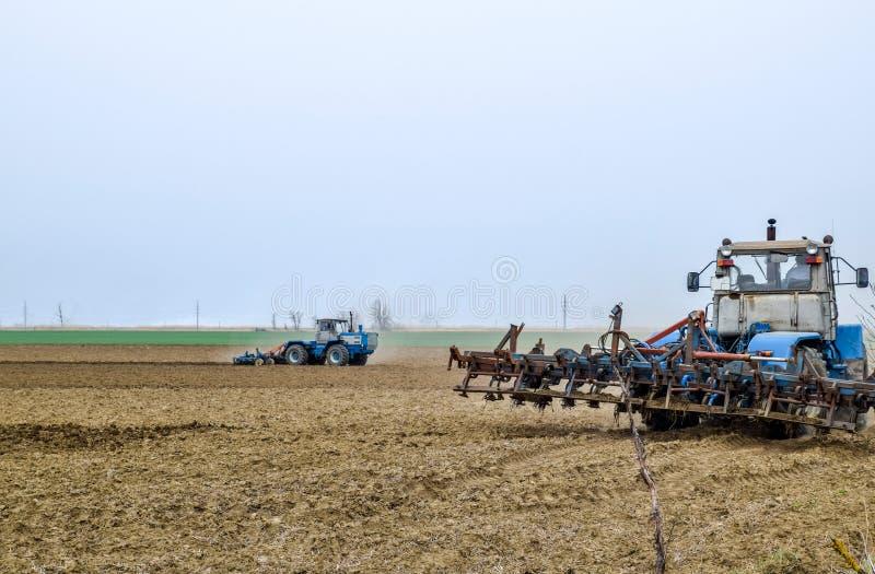 L'ubriacone ed allenta il suolo sul campo prima della semina Il trattore ara un campo con la a fotografie stock
